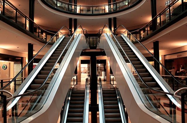 lift in het universele winkelcentrum